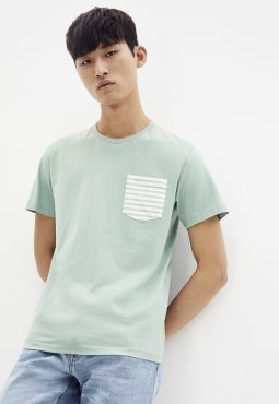 חולצת טי צוורון עגול - עם כיס קונטרסטי