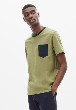 חולצת טי צווארון קונטרסטי עם כיס חזה