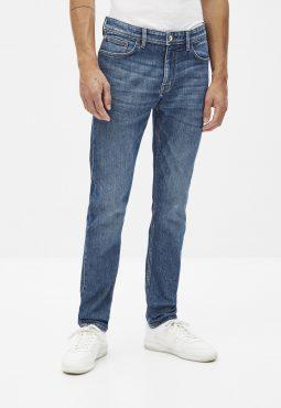 ג'ינס בגזרה צרה