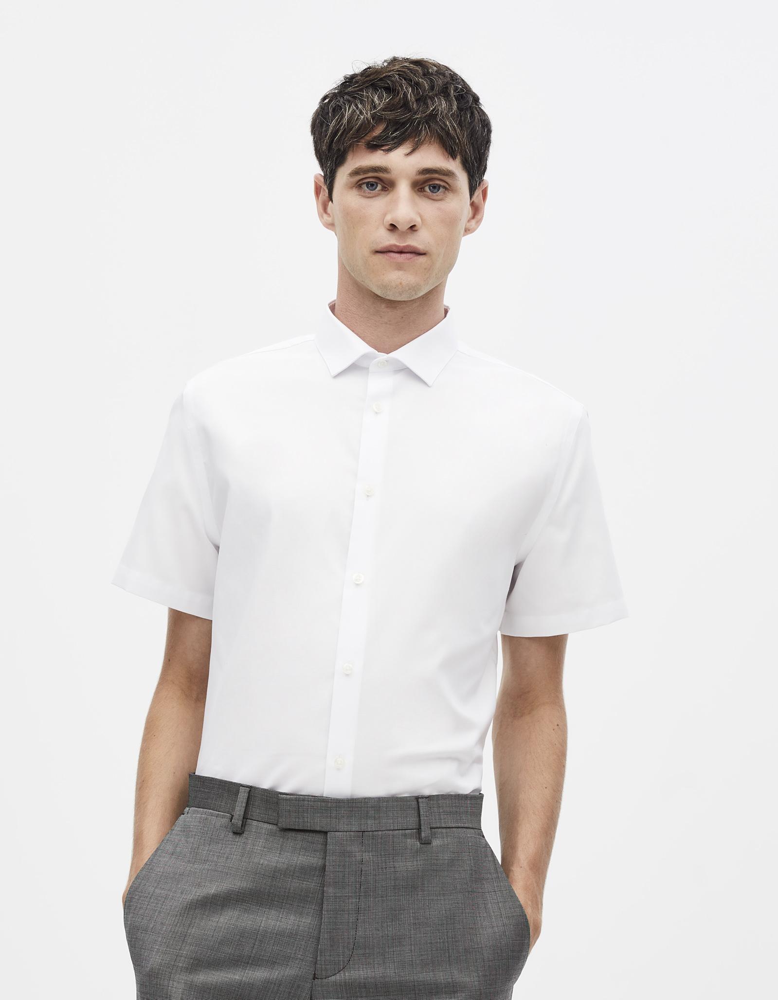 חולצה מכופתרת לבנה קצרה